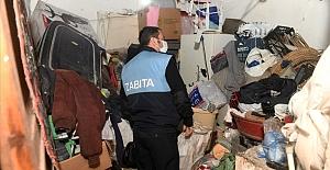 """Mersin'de 10 yıldır atık biriktirilen """"çöp ev"""" temizlendi"""