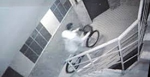 Osmaniye'de apartmanlardan bisiklet hırsızlığı güvenlik kamerasında