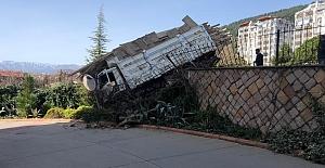 Freni patlayan kamyon istinat duvarına çarptı.