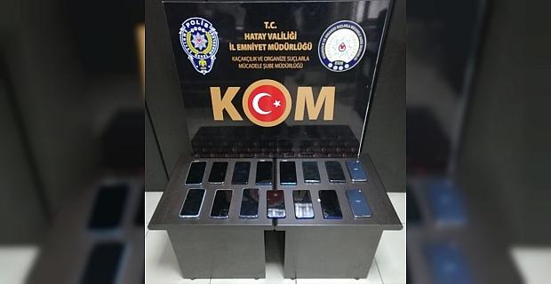 Hatay'da gümrük kaçağı 15 cep telefonu ele geçirildi
