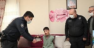 Mersin polisi, engelli bir çocuğa sürpriz ziyarette bulundu