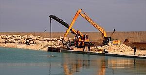 Erdemli Balıkçı Barınağında mendirek uzatma çalışması sürüyor