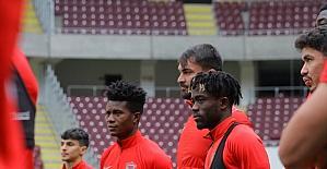 Hatayspor yönetimi ile futbolcular, Hatay Stadı'nı inceledi