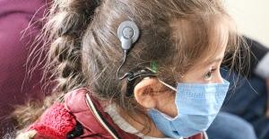 Koklear implant ameliyatıyla annesinin sesini 5 yaşında duydu