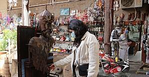 Antalyalı işletmeci, müze havası verdiği asırlık konakta, yıllardır topladığı antikaların satışını yapıyor