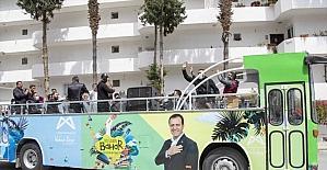 Mersin'de Roman müzisyenler üstü açık otobüsle konser verdi