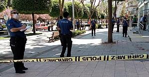Adanada kaldırımda yürürken silahla...