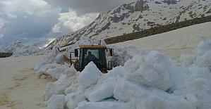 Antalya'da karla kaplı yayla yolları ulaşıma...