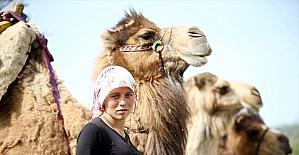 Sarıkeçili Yörükleri 1000 yıllık tarihi yolculuğunu develerle sürdürüyor