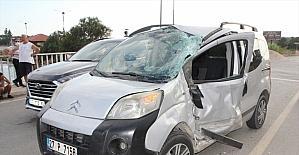 Antalya'da tur midibüsü ile hafif ticari araç çarpıştı: 5 yaralı