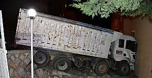 Kahramanmaraş'ta freni boşalan kamyon site ve apartman duvarına çarptı