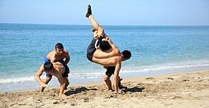 Mersin'de güreşçiler, sahilde antrenman yaparak turnuvalara hazırlanıyor