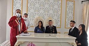 Nikah masasına üniforma ile oturdular