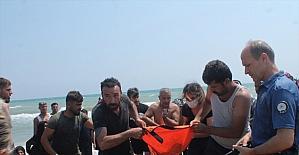 Adana'da beline bağladığı pet şişelerle denize giren çocuk boğulma tehlikesi geçirdi