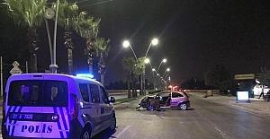 Adana'da otomobil ağaca çarptı: 1 yaralı
