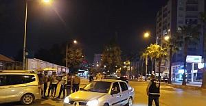 Otomobil sürücüsü, uygulama noktasına girmemek için polis motosikletine çarpıp kaçtı