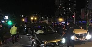 """Adana'da """"dur"""" ihtarına uymayan sürücü kaza yapınca yakalandı"""
