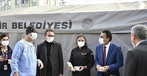 Adana'da öğrencilerden sağlık çalışanlarına aşure ikramı