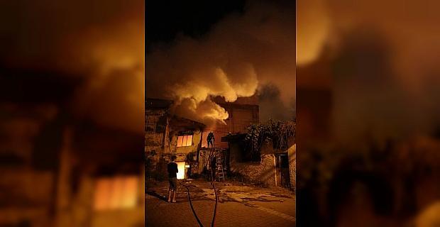 Adana'da 2 katlı metruk evde çıkan yangın söndürüldü