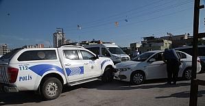 Adana'da polis aracına çarpan zanlıların otomobilinde pompalı tüfek ve tabanca bulundu