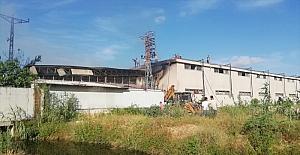 Antalya'da bir depoda çıkan yangına müdahale ediliyor
