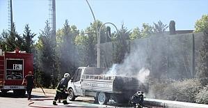 Antalya'da mangal kömürü yüklü kamyonet seyir halindeyken yandı