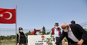 Erdemli'de şehit mezarlarına Ramazan Bayramı öncesi çiçek ekildi