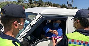Mut'ta jandarma ekipleri, trafik denetiminde sürücü ve yolculara şeker ikram etti