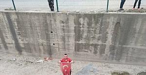 Osmaniye'de dere yatağına düşen Türk bayrağı itfaiye ekiplerince çıkarıldı