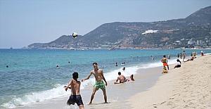 Antalya'da sıcak havadan bunalanlar sahillerde serinlemeye çalıştı