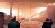 Fabrika yangınından korkutan görüntüler