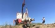 Kahramanmaraş'ta bataklığa saplanan inek iş makinesiyle kurtarıldı