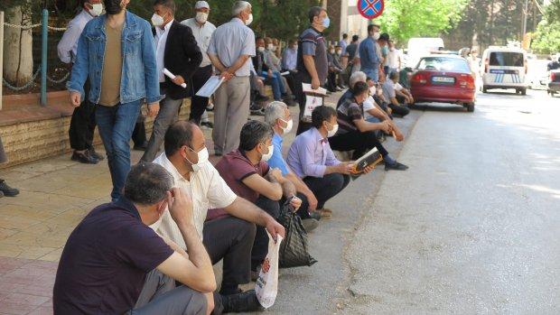 Kahramanmaraş'ta çiftçi belge kuyruğunda korona virüsü unuttular