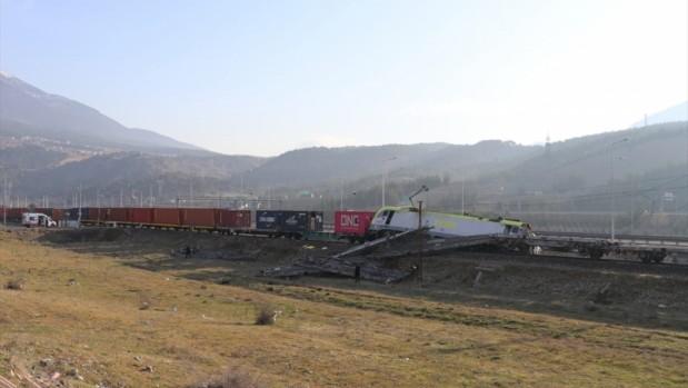 GÜNCELLEME - Adana'da aynı istikametteki iki yük treni çarpıştı: 2 makinist yaralı