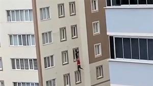 Apartmanın penceresinde ölüm kalım savaşı verdi
